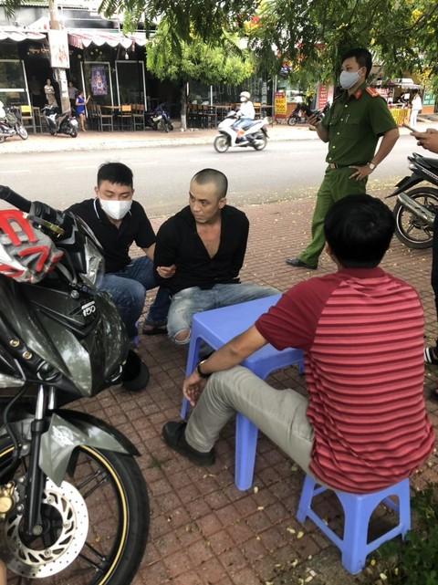 Đối tượng Hoàng Minh Phú bị Công an bắt quả tang đang tàng trữ ma tuý trái phép