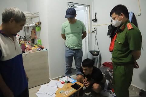 Công an kiểm tra căn nhà số 78/9 Huỳnh Thúc Kháng bắt quả tang La Huỳnh Phú (người ngồi) tàng trữ ma túy trái phép