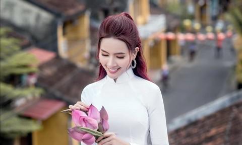 Hoa hậu Phan Thị Mơ đẹp tinh khôi ở Hội An