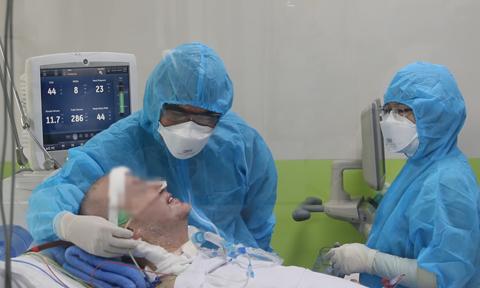 Phi công người Anh đã có thể mỉm cười, bắt tay với bác sĩ