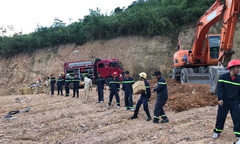 Hơn 4 giờ cứu hộ xe tải chở gần 5 tấn thuốc nổ bị lật