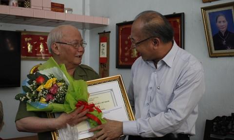 Trung tướng Lê Đông Phong thăm, tặng quà người cao tuổi