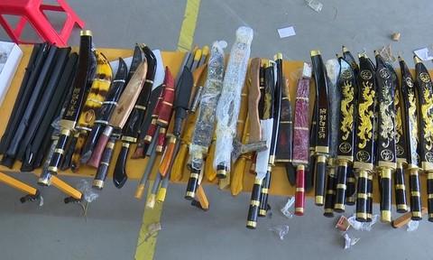 Thu giữ hàng chục đao, kiếm và phụ kiện súng trong bưu phẩm
