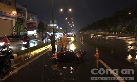 Xe máy trượt dài trên đại lộ ở Sài Gòn, một người chết