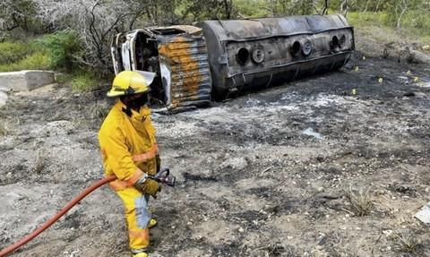 Lính cứu hỏa tại hiện trường vụ việc - Ảnh: AFP