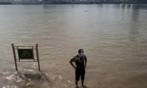 Vũ Hán ở dưới đập Tam Hiệp nâng mức cảnh báo lũ lụt lên cao nhất