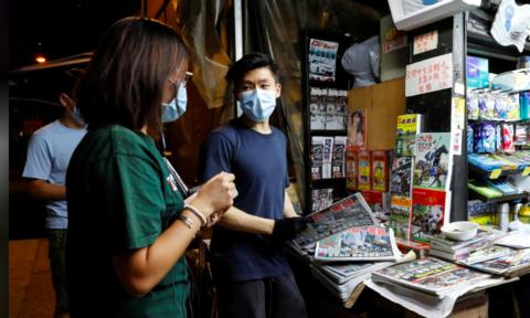 """Hong Kong: Báo Apple Daily """"cháy hàng"""" sau khi chủ bị bắt theo luật an ninh mới"""