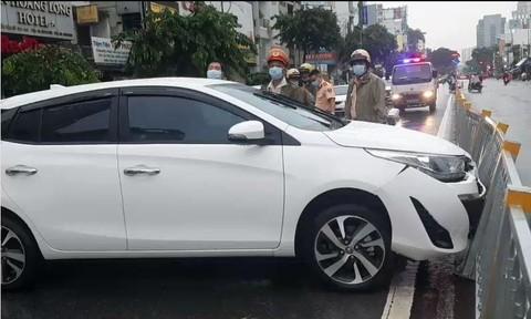 Đâm dải phân cách, nữ tài xế ở TP.HCM nhanh tay tháo biển số xe ô tô