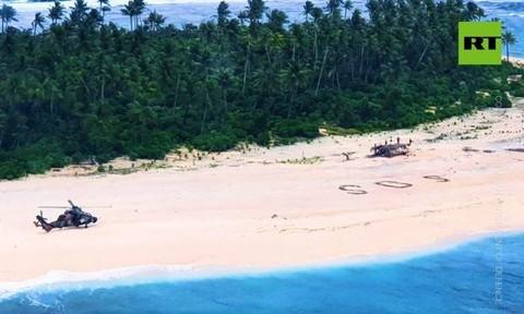 Hy hữu 3 người đàn ông thoát chết nhờ viết SOS trên bãi cát