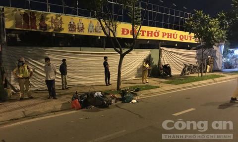 Xe máy tông cây xanh ở Sài Gòn, chồng tử vong, vợ cùng 2 con cấp cứu