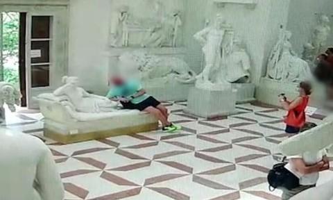Clip chụp ảnh 'tự sướng', du khách làm gãy ngón chân tượng hơn 200 tuổi