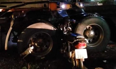 Xe máy chạy ngược chiều, găm vào giữa 2 bánh xe container