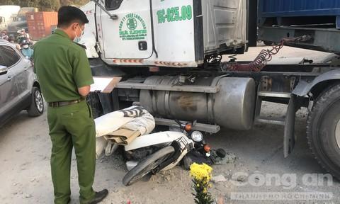 Container rẽ vào bãi xe, cán chết một thanh niên ở Sài Gòn
