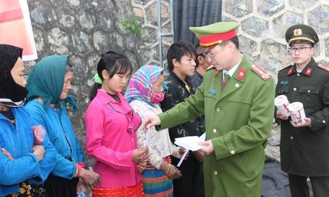 Tặng 200 phần quà cho người dân và Công an viên vùng cao đón Tết