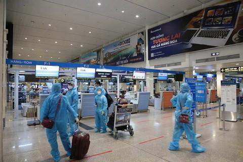 Hành khách háo hức trong ngày đầu sân bay Tân Sơn Nhất hoạt động trở lại