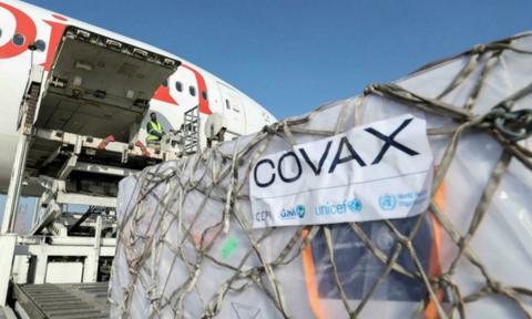 Thêm 2,6 triệu liều vaccine Pfizer Mỹ tặng Việt Nam về đến sân bay