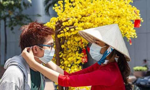 Người dân Sài Gòn đeo khẩu trang du xuân