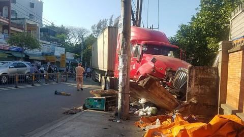 Container nổ lốp tông dải phân cách, cán nát bét xe máy ở Sài Gòn