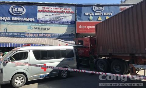 TPHCM: Container ôm cua lao vào cửa hàng, tông chết chủ thầu xây dựng
