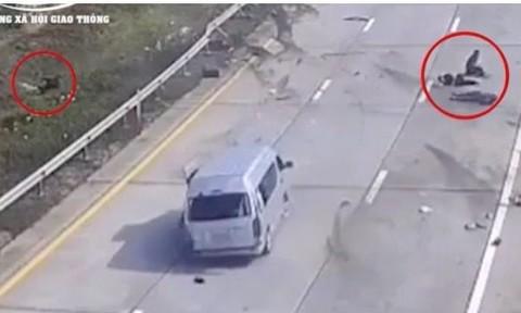 Clip cận cảnh ôtô 16 chỗ tông dải phân cách, 7 người văng ra ngoài