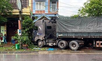 Xe đầu kéo tông xe tải rồi cùng lao vào nhà dân, 3 người thương vong