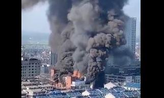 Clip trung tâm thương mại bốc cháy dữ dội, ít nhất 4 người chết