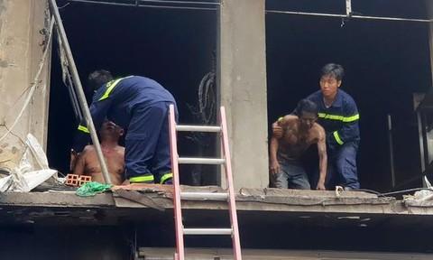 Clip hai người ám khói đen bất ngờ bước ra từ đám cháy ở Sài Gòn