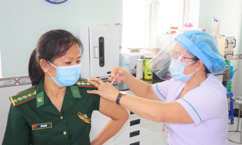 Tiêm vắc-xin COVID-19 mũi 2 cho hơn 1.000 CBCS biên giới Tây Nam