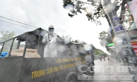 Hình ảnh Binh chủng hoá học phun khử khuẩn diện rộng tại quận Gò Vấp, TPHCM