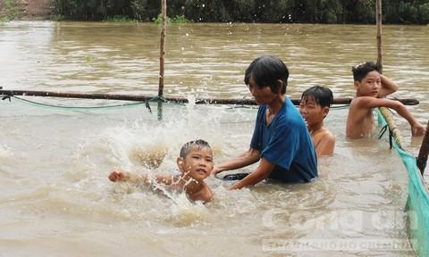 Người phụ nữ nghèo dạy bơi cho 4.000 trẻ em vùng lũ, được tạp chí Forbes vinh danh