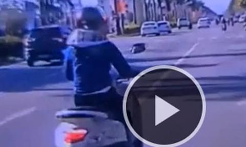 Clip tạt đầu xe ôtô, người phụ nữ chạy xe máy bị hất văng