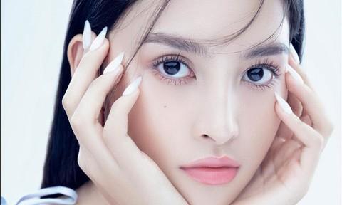 Hoa hậu Tiểu Vy hát tặng khán giả ở nhà chống dịch