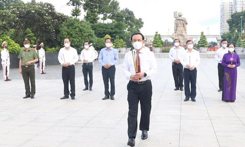 Đoàn đại biểu TPHCM dâng hoa, dâng hương tưởng niệm các Anh hùng liệt sĩ