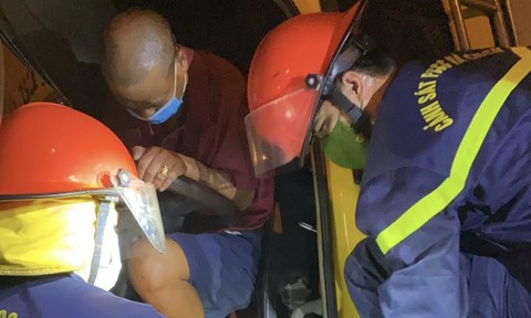 Cảnh sát phá cabin bẹp dúm cứu tài xế và phụ xe kẹt bên trong
