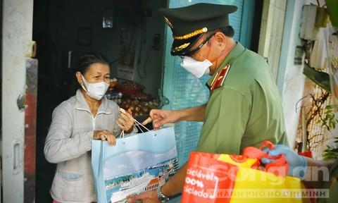 Thiếu tướng Cao Đăng Hưng tặng quà cho bà con tại Phường 8, Quận 4