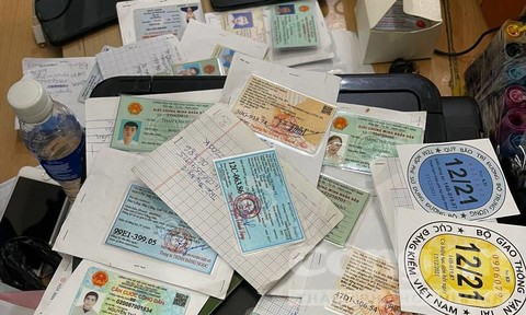TPHCM: Phá tụ điểm làm giả giấy đi đường, CCCD, hộ chiếu quy mô lớn