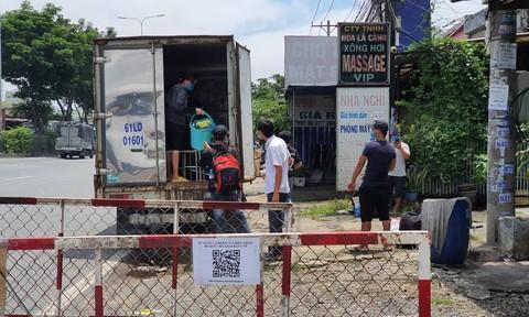 """CSGT Công an TPHCM phát hiện 6 người trong thùng xe """"luồng xanh"""""""