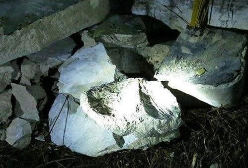 Những cục bê tông bị đập vỡ