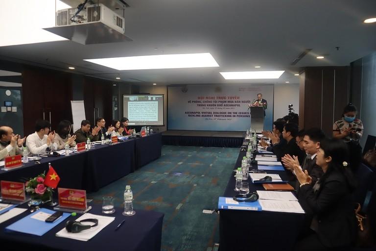 Toàn cảnh phòng họp trực tuyến tại Hà Nội.