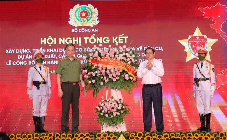 Thủ tướng Phạm Minh Chính tặng hoa chúc mừng Hội nghị.