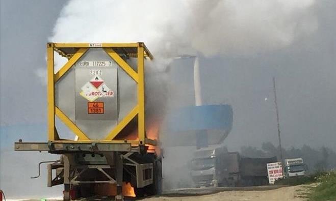 Xe chở hóa chất cháy dữ dội gần cây xăng trên cao tốc