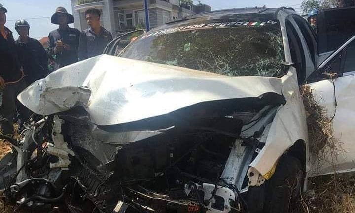 Xe ô tô 4 chỗ bị hư hỏng nặng tại hiện trường