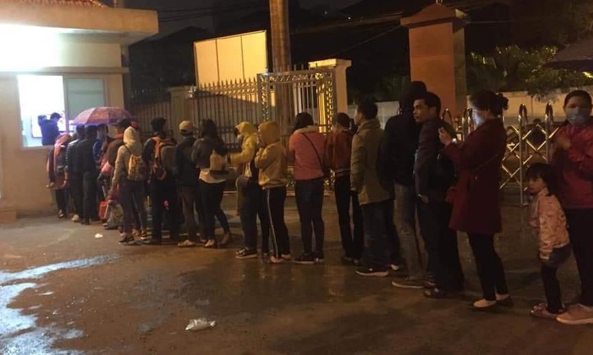 Hàng trăm phụ huynh và học sinh đội mưa rét đợi vào xét nghiệm vào sáng sớm ngày 18-3, tại Viện Sốt rét - Ký sinh trùng - Côn trùng Trung ương