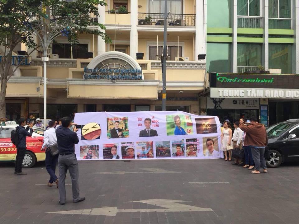 Hàng chục nạn nhân bị mất tiền tập trung trước Toà nhà Vietcomreal 68 Nguyễn Huệ, Q1 (TPHCM) để tố cáo các nhân vật nằm trong dự án iFan, Pincoin vào ngày 8-4