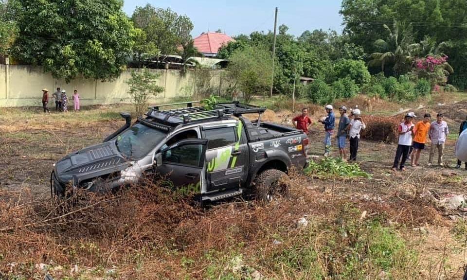 Xe bán tải lao vào bãi đất trống bên đường sau cú va chạm